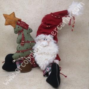 Babbo Natale seduto con il suo albero